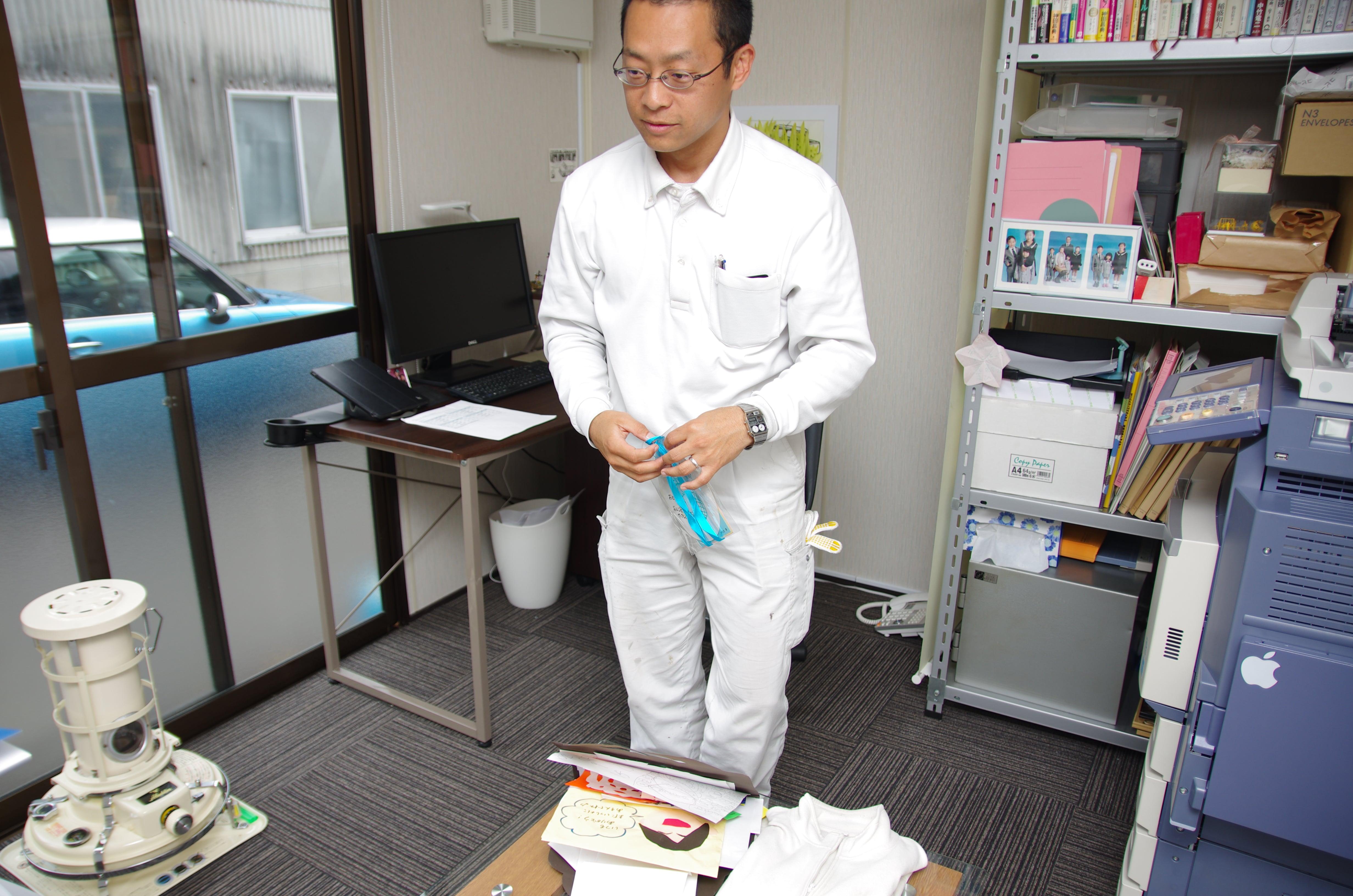 事務所はこのようにこぢんまりとしていますが、志は大きく、と語る伊名波氏。最近の悩みは「トイレが別の建物にあるのでトイレを増設したい」。2年間悩んでいるという。